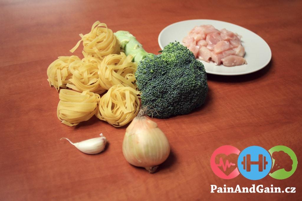 Ingredience na kuřecí salát s těstovinami