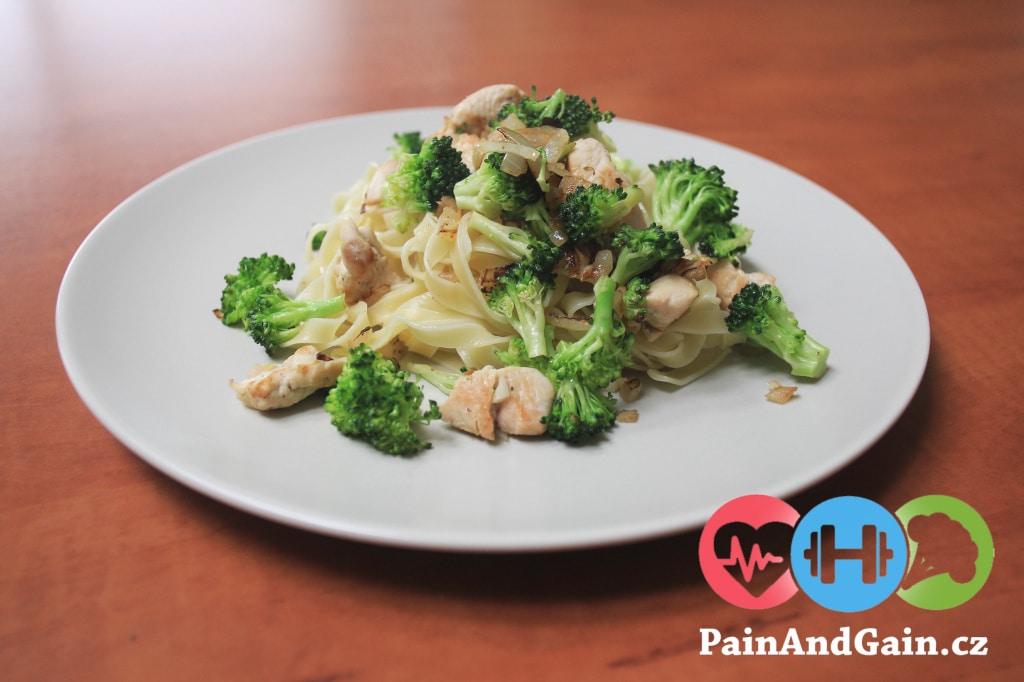 tagliatelle s kuřecím masem a brokolicí