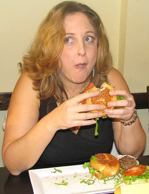 Žena co jí hamburgry