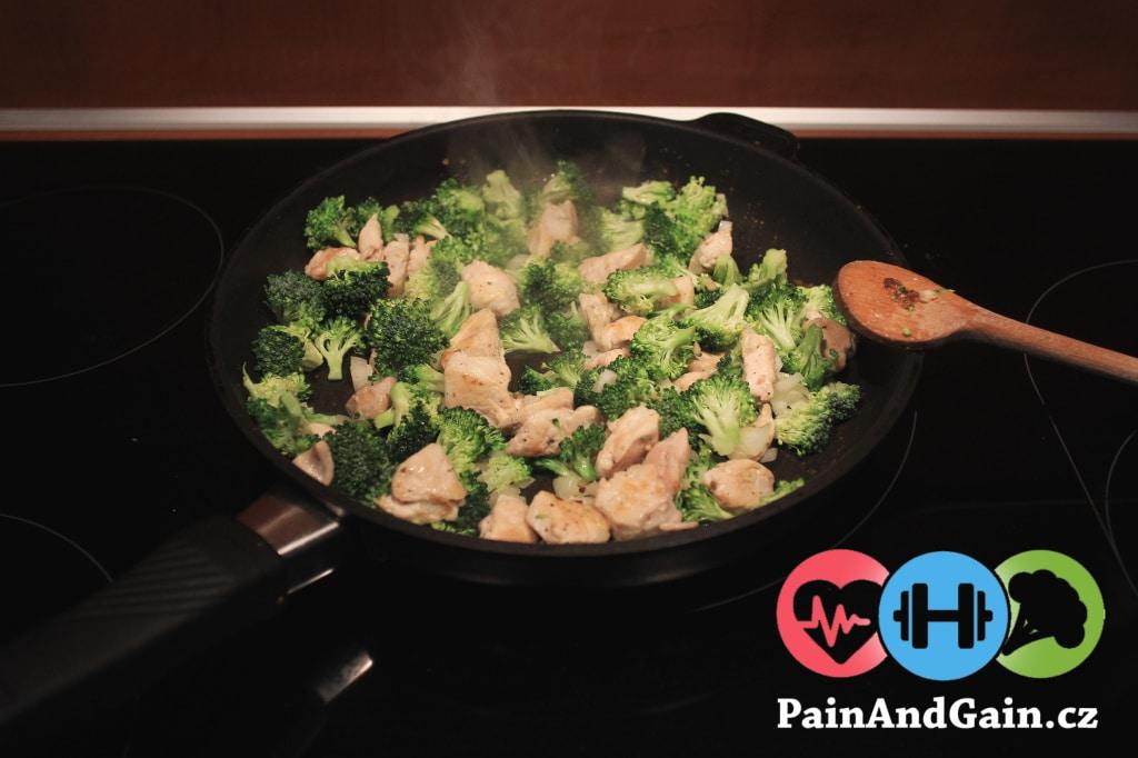 Smažení masa s brokolicí