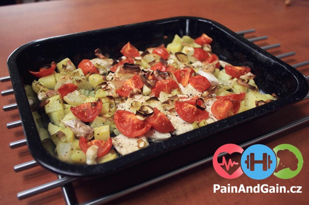 Zapečené kuřecí maso s brambory a zeleninou