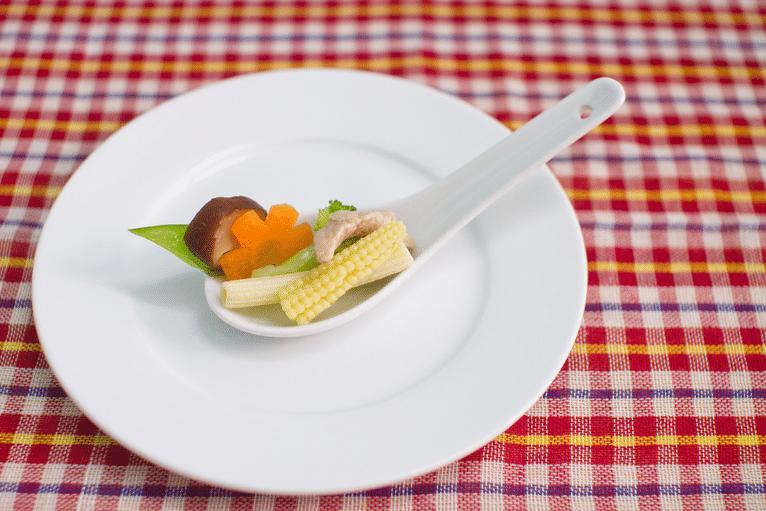 Zelenina na bílé lžičce a talíři