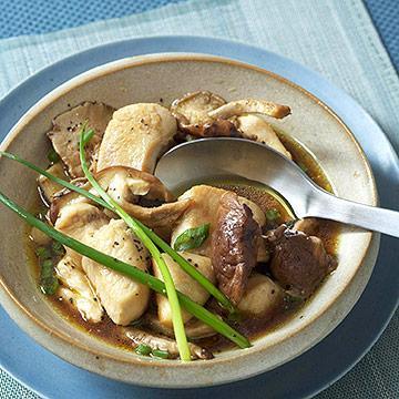 Kuřecí maso s houbami a jarní cibulkou