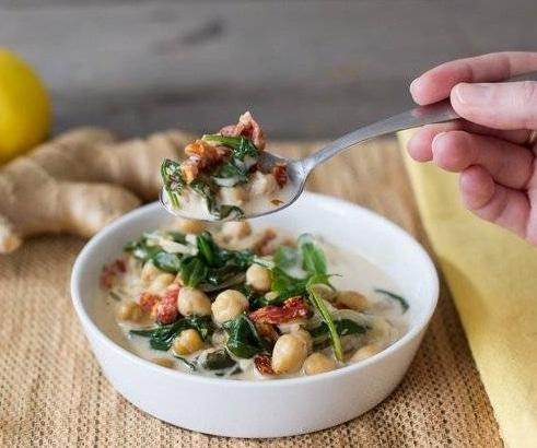 Špenát s cizrnou a zeleninou