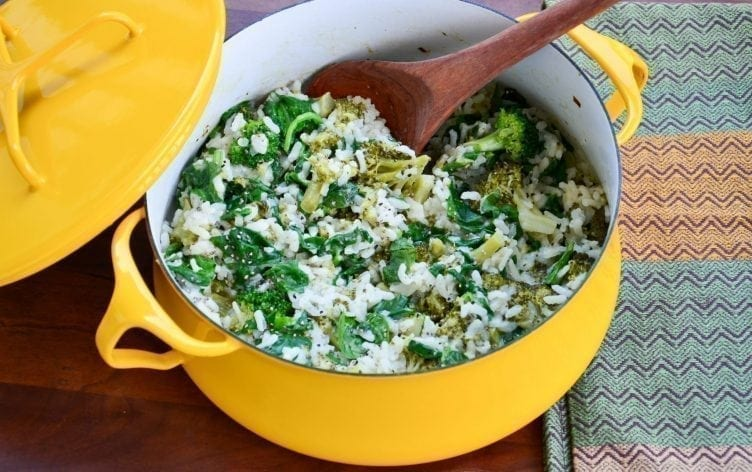 Zapečené brokolicové rizoto se špenátem ve žlutém hrnci