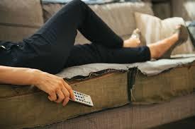 Žena leží na gauči a hubne