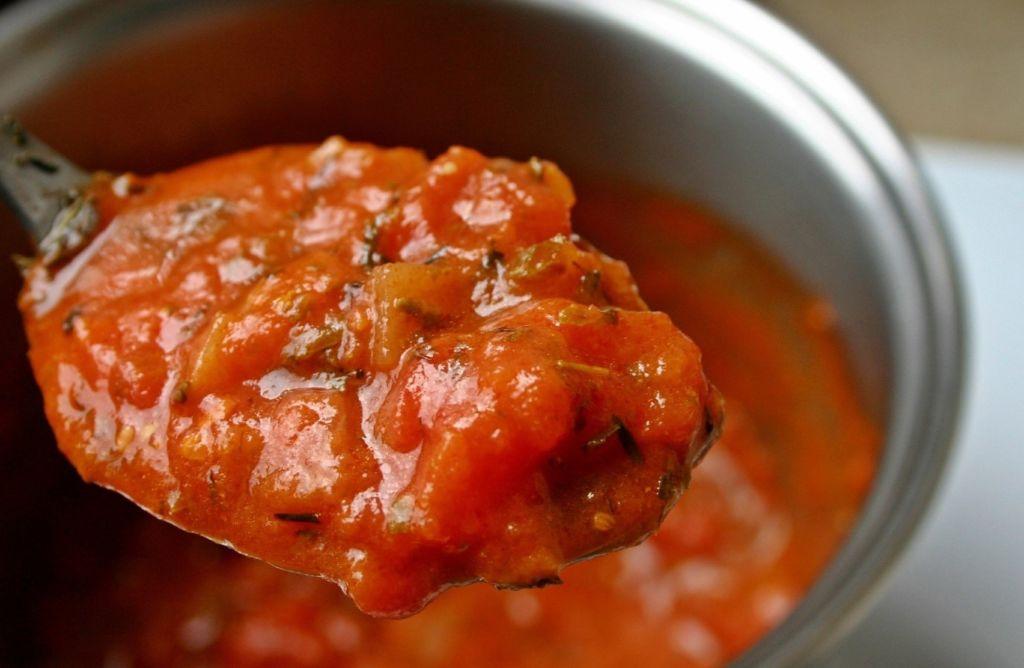 tomatova-polevka-z-fazoli-na-hubnuti