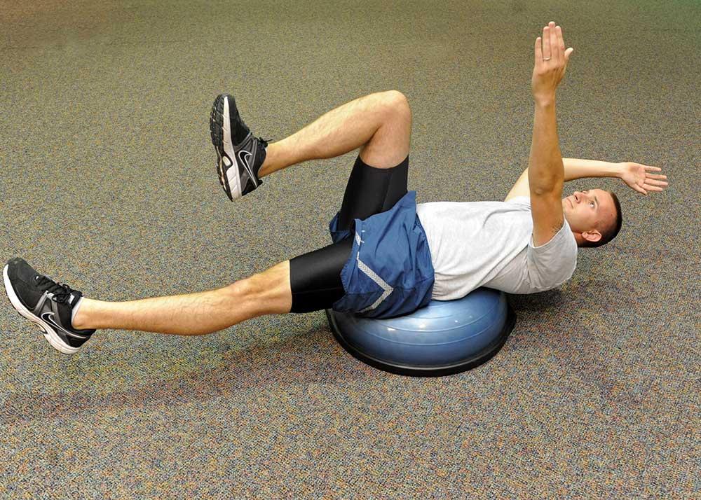 Bosu je další skvělá pomůcka pro posilování břicha. Už ji máte? (Foto: Dyes AFB)
