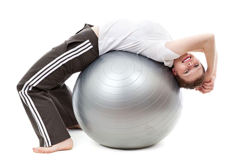 Gymnastický míč lze skvěle využít i pro posilování břicha. A cvičení vás bude určitě bavit!