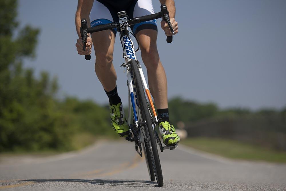 Jarní hubnutí na kole patří mezi nejefektivnější pohybové aktivity vedoucí rychle k poklesu hmotnosti. A nejen k to. Jízda na kole má řadu pozitivních účinků na naše zdraví.