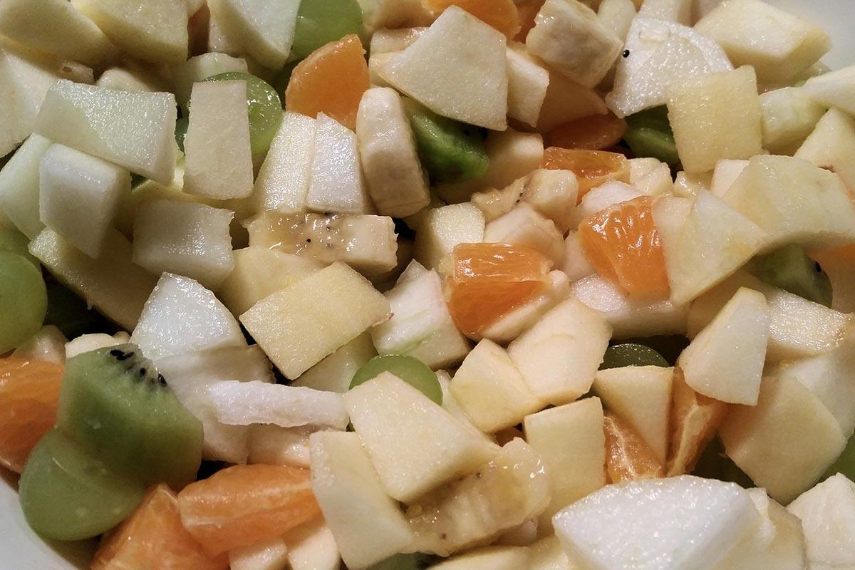 Ovocný salát plnohodnotně nahradí jídlo i dezert. A na jaře nás nakopne energií.