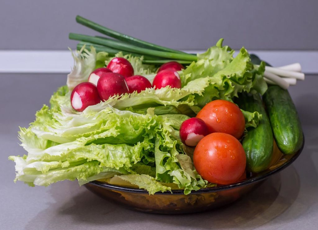 Osvěžte zeleninový salát ořechy. Třeba vlašskými, jako v našem receptu.