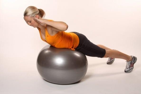 Cvičením na baloně posílíte i zádové svaly