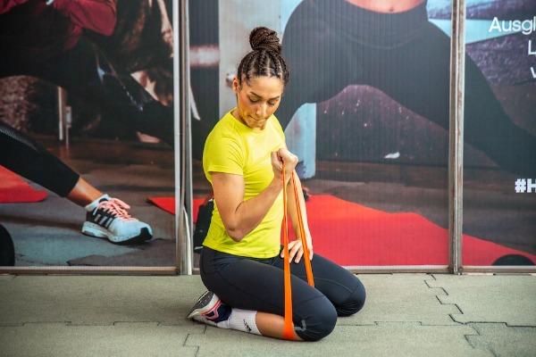 Cvik na posilování bicepsu s gumou