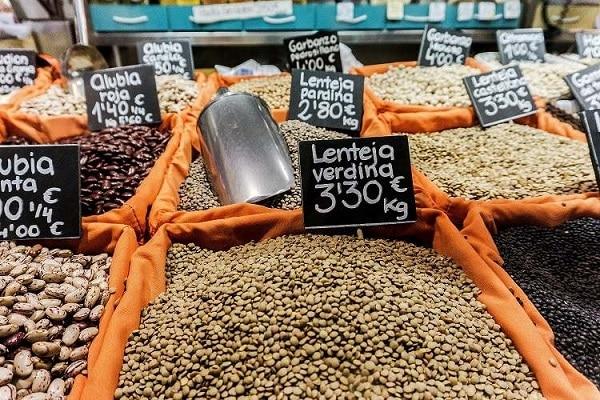 Čočka a jiné luštěniny na trhu.