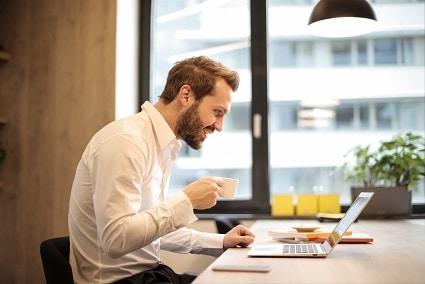 Muž, který si na počítači předem vybírá,  jaké dietní jídlo si v restauraci objedná a neohrozí tak spalování tuků.