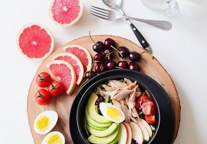 Kuřecí maso, vejce, ovoce a zelenina - talíř plný proteinu pomáhá spalovat tuky.