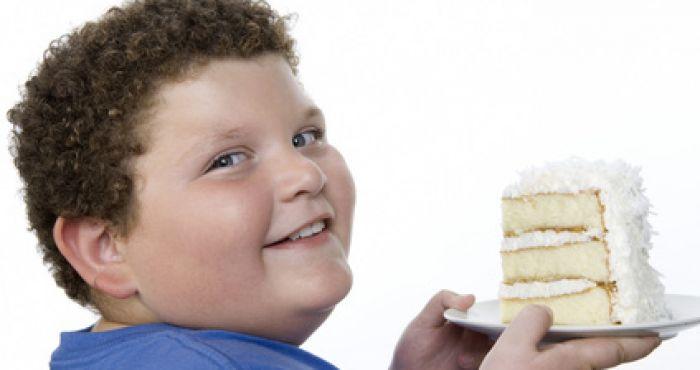 Obezita u dětí je způsobena nedostatkem pohybu a nezdravými potravinami.