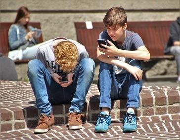 Snížením doby, kterou děti tráví koukáním na displej nebo obrazovku se snižuje riziko nadváhy a obezity.
