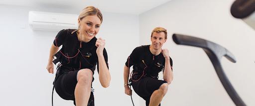 Cvičení v elektrostimulačním obleku ve studiu nebo cvičení s elektrošoky doma, může být skvělá forma hubnutí, jejíž výhody a nevýhody je dobré předem zvážit.