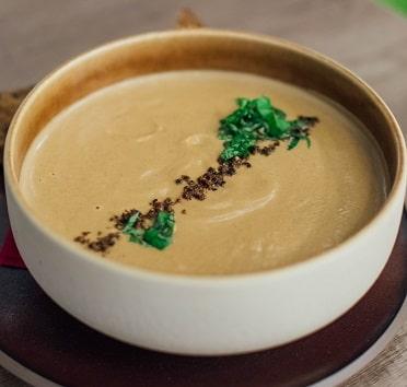 Žampionová polévka je vhodným raw receptem, který podpoří vaše hubnutí.