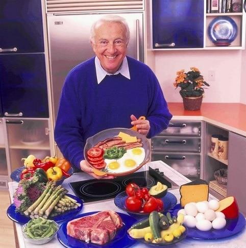 Dr. Robert C. Atkins, zakladatel Atkinsonovy diety, ukazuje potraviny, které jíst.