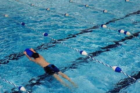 Při plavání a hubnutí si můžete pomáhat plavacími pomůckami, které vás udrží nad vodou, zatímco budete posilovat ruce a nohy.