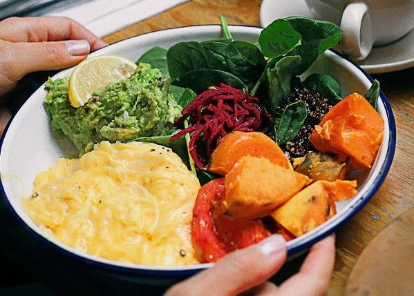 Pokud nevíte, co a kdy jíst při hubnutí, na snídani jsou vhodná například smažená vejce se zeleninou.