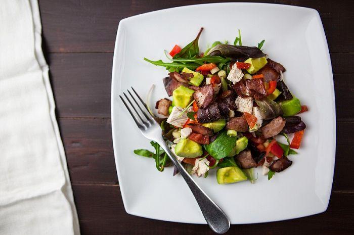 Salát s kuřecím masem a slaninou je skvělá lehká dietní večeře.