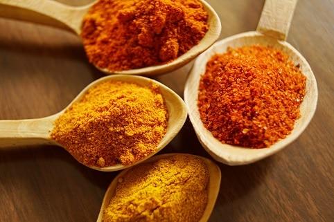 Potraviny proti rakovině zahrnují také Kurkumu, která obsahuje kurkumín, jenž má protizánětlivé, antioxidační a protirakovinné účinky.