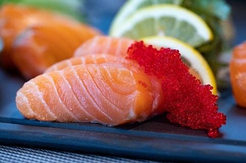 Mastné ryby, jako je losos, v sobě mají omega-3 mastné kyseliny, které působí jako prevence proti rakovině.