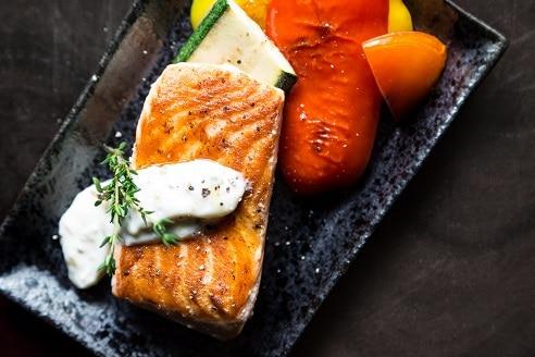 Keto dieta upřednostňuje mastné ryby, maso, zeleninu a vejce.