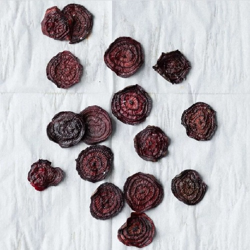 Chipsy z červené řepy jsou dobrůtkou, po které se nepřibírá.