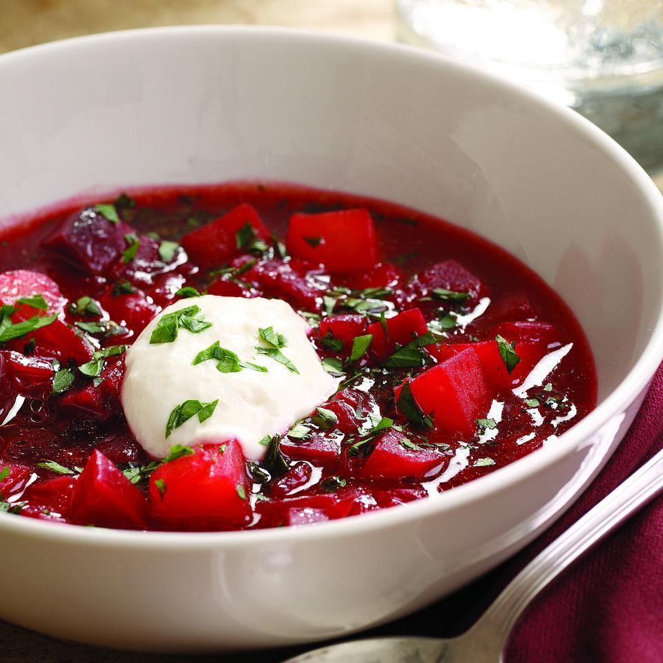 Boršč je výborná polévka z červené řepy, plná chutí a živin.