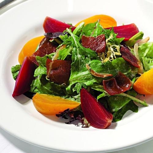 Mezi základní recepty z červené řepy patří jistě zdravý salát.