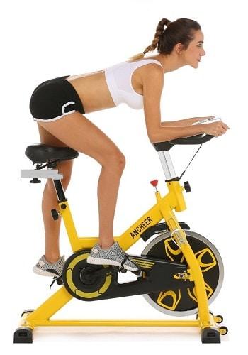 Spinningový rotoped má vyšší sedadlo, které znemožňuje sezení a zvyšuje intenzitu cvičení.