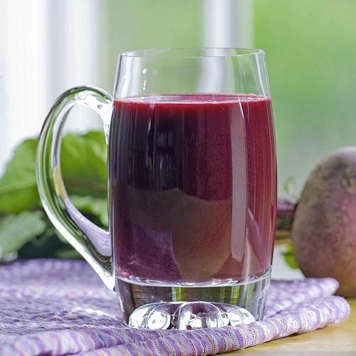 Koktejl z červené řepy, nebo šťáva z červené řepy jsou skvělými osvěžujícími nápoji, podporujícími hubnutí a celkové zdraví.
