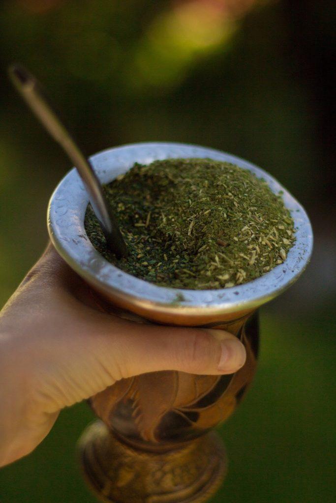 Nápoj yerba maté z cesmíny paraguayské v kalichu