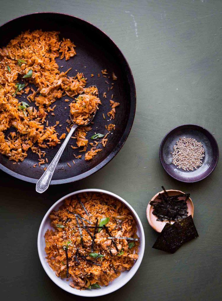 smažená rýže s kimchi v pánvi a v misce