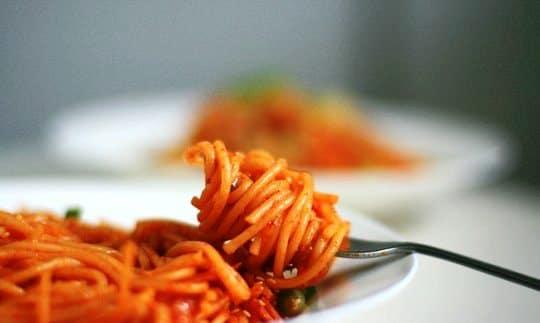 špagety s kimchi na vidličce