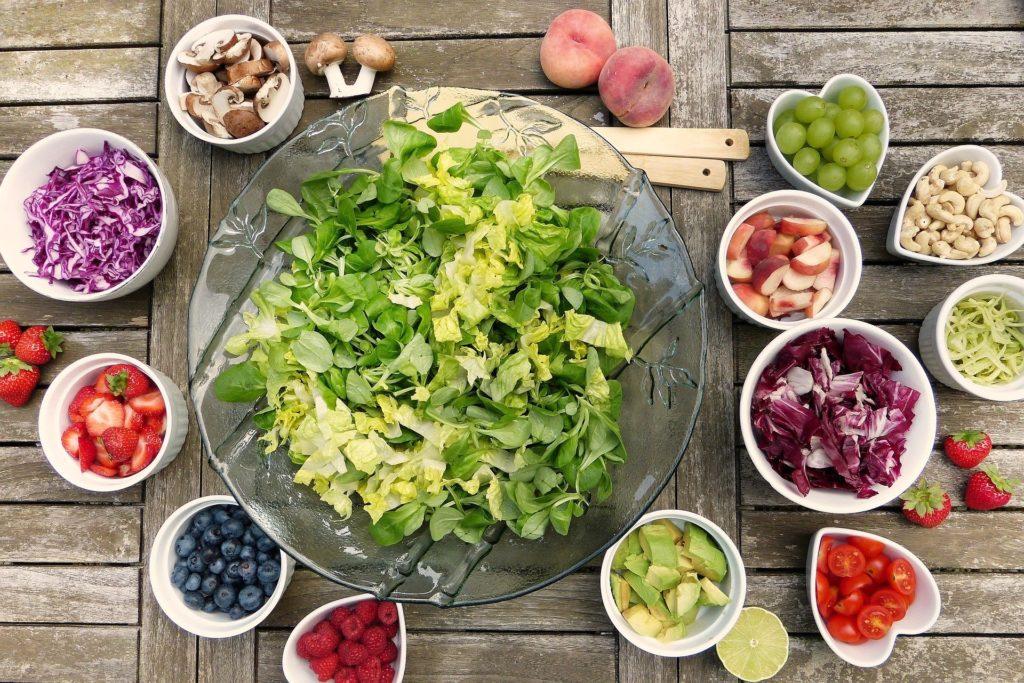 Salát, ovoce a zelenina.