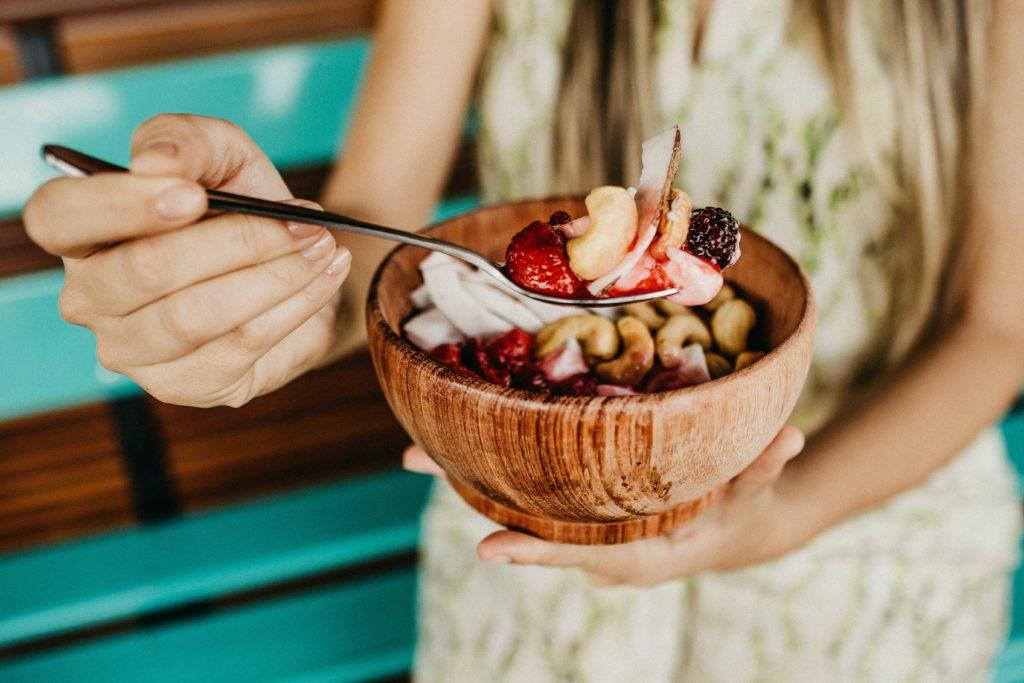 Miska s ovocem a ořechy