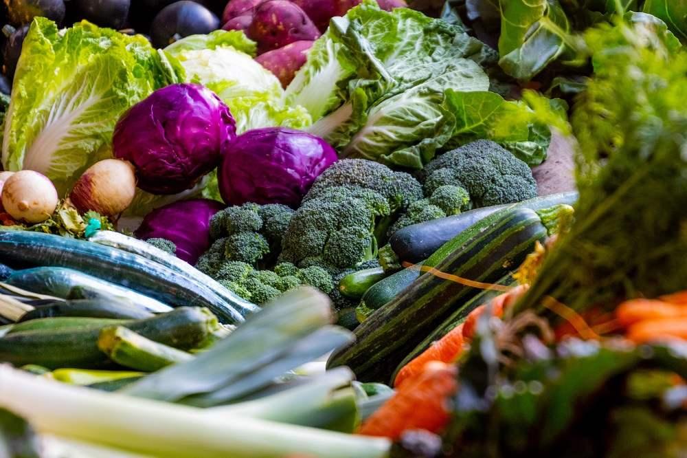 Zelenina by na seznamu zdravých potravin neměla chybět.