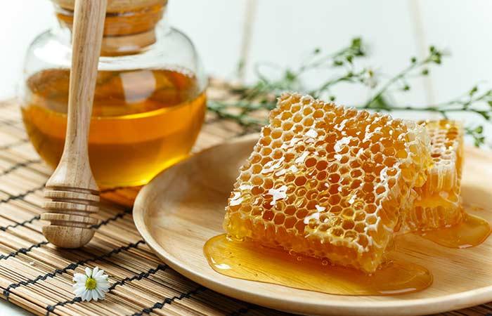 Plástečkový druh medu je prodáván ve sklenici, která obsahuje celou plástev medu.