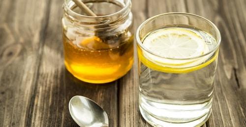 Medový nápoj s citronem je skvělým ranním startérem.