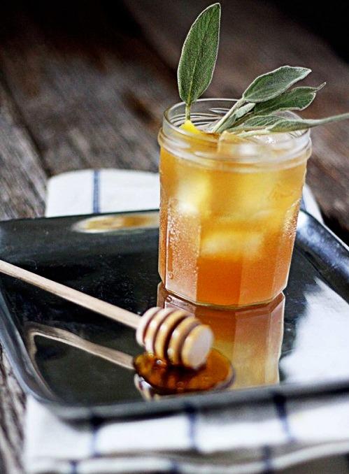 Šalvějový med má výraznou sladkou chuť a velmi blahodárný vliv na zažívání.