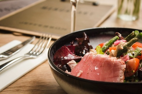 Nízkosacharidový jídelníček zahrnuje převážně maso, zeleninu a mléčné výrobky.
