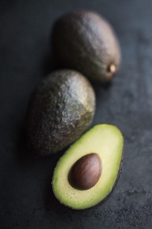 Avokádo je dietní jídlo bohaté na zdravé tuky a omega-3 mastné kyseliny.