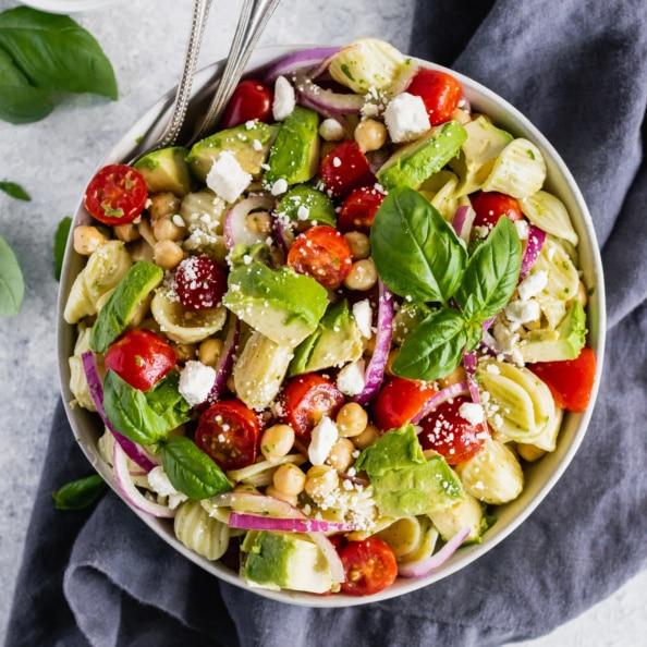 Recept na výborní dietní těstovinový salát se zeleninou a cizrnou