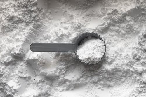Sušená syrovátka připomíná sušené mléko, ale obsahuje větší množství vitamínů a dalších živin.